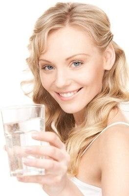 Пейте воду особенно за несколько дней до застолья