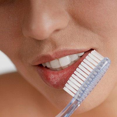 чтобы быстро привести Ваши губы в порядок и справиться с шелушением, достаточно массировать их мягкой зубной щеткой